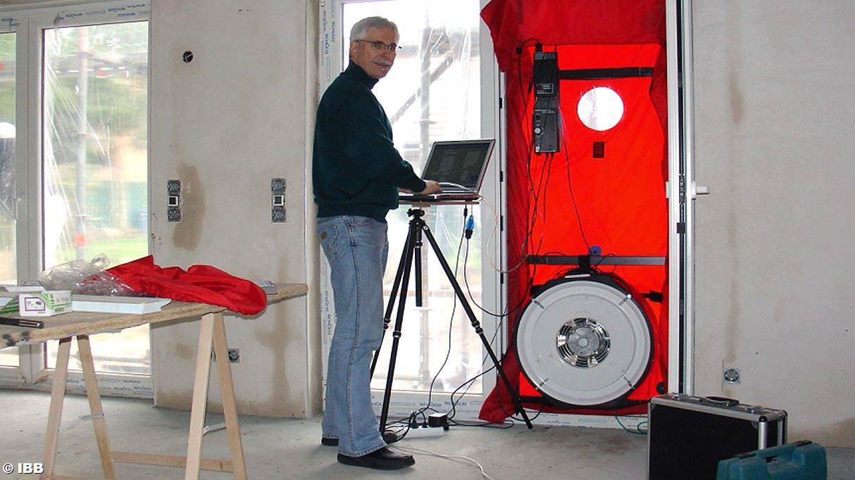 alamy a on bwntyy door photos conducts audit energy test images for professional home blower photo stock
